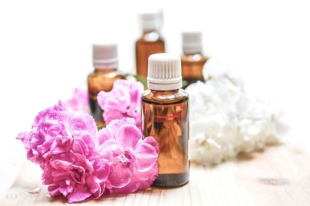Naturalne olejki mogą wspomagać działanie kremu przeciwtrądzikowego.