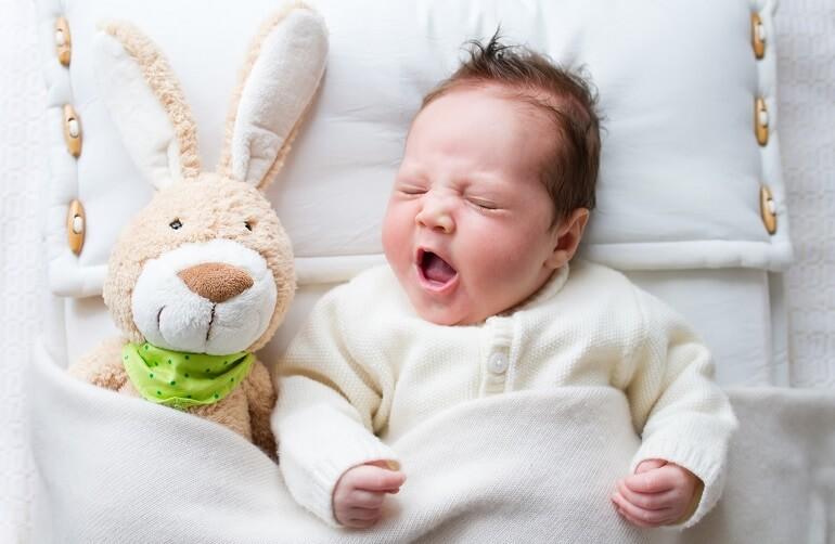 O czym świadczyć mogą zmarszczki nakątne na powiece u dziecka?